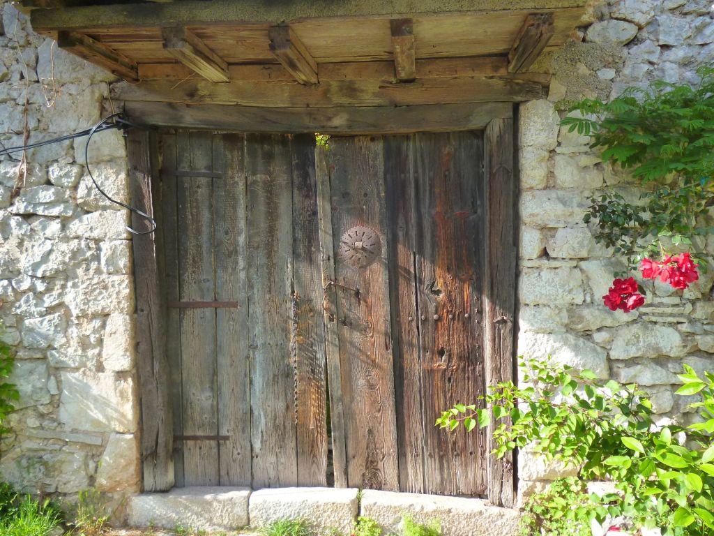 Двери в Столаце. Беговина. Фото: Елена Арсениевич, CC BY-SA 3.0