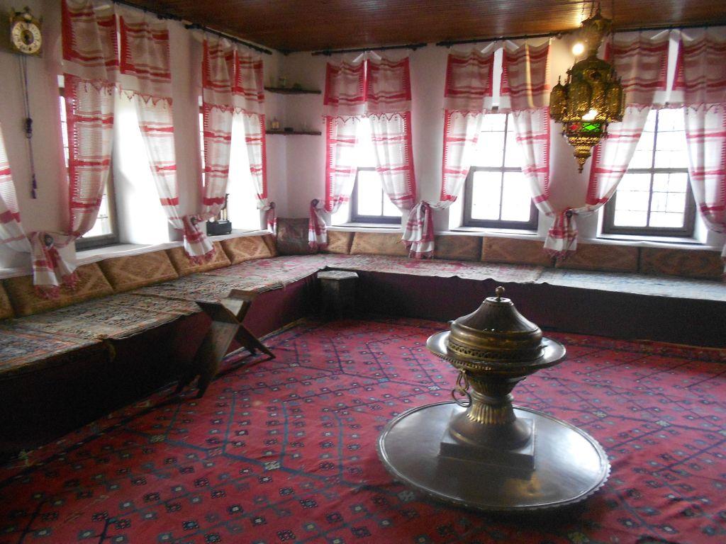 Халват, парадная гостиная в доме Сврзо. Сечия устлана коврами. Фото: Елена Арсениевич, CC BY-SA 3.0