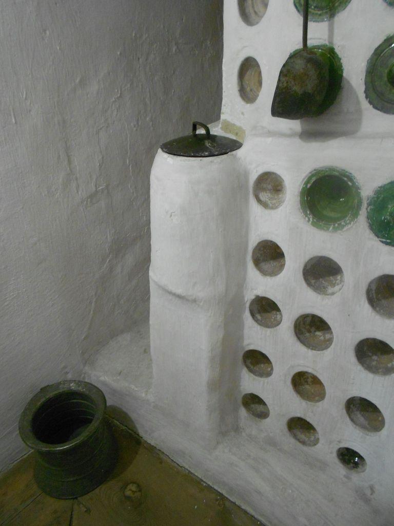 В фуруну встроена ёмкость для нагревания воды. Фото: Елена Арсениевич, CC BY-SA 3.0