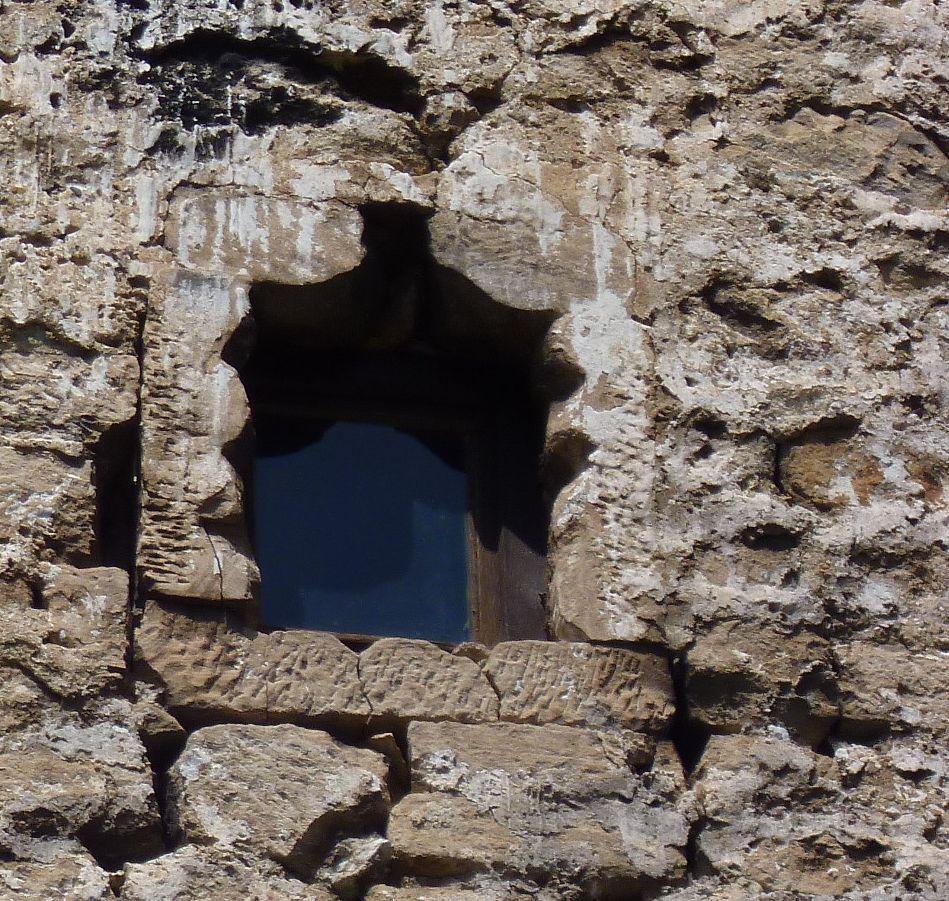 Необычной формы окно-бойница. Фото: Елена Арсениевич, CC BY-SA 3.0