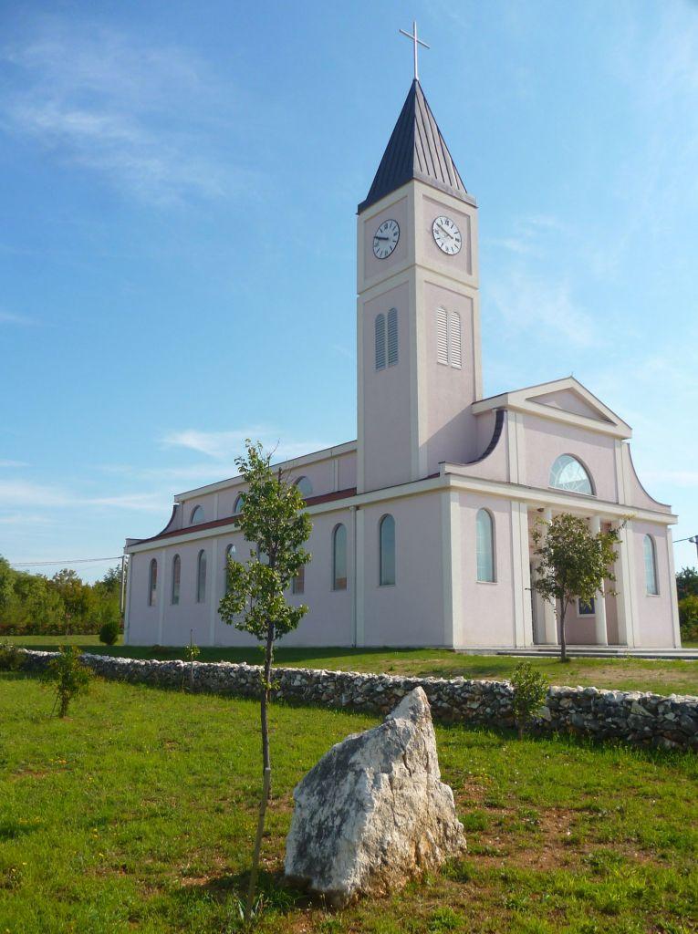 Церковь Святейшего Сердца Иисуса и яблоня. Фото: Елена Арсениевич, CC BY-SA 3.0
