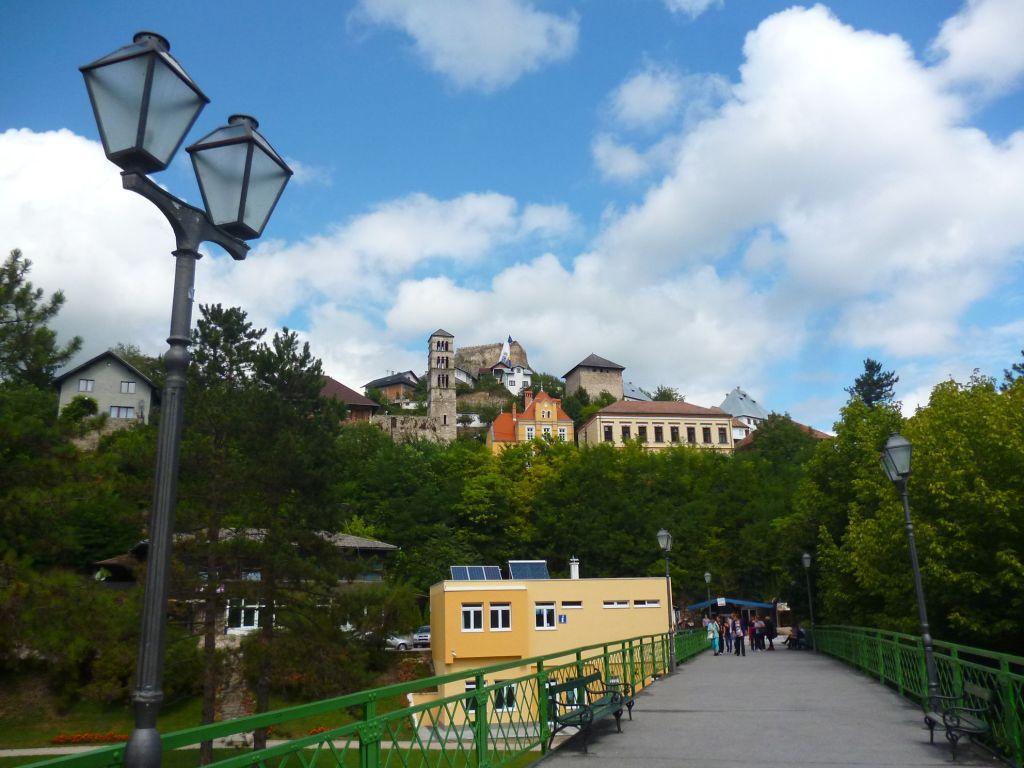 По Эйфелеву мосту можно пройти от водопада в старый город. Фото: Елена Арсениевич, CC BY-SA 3.0