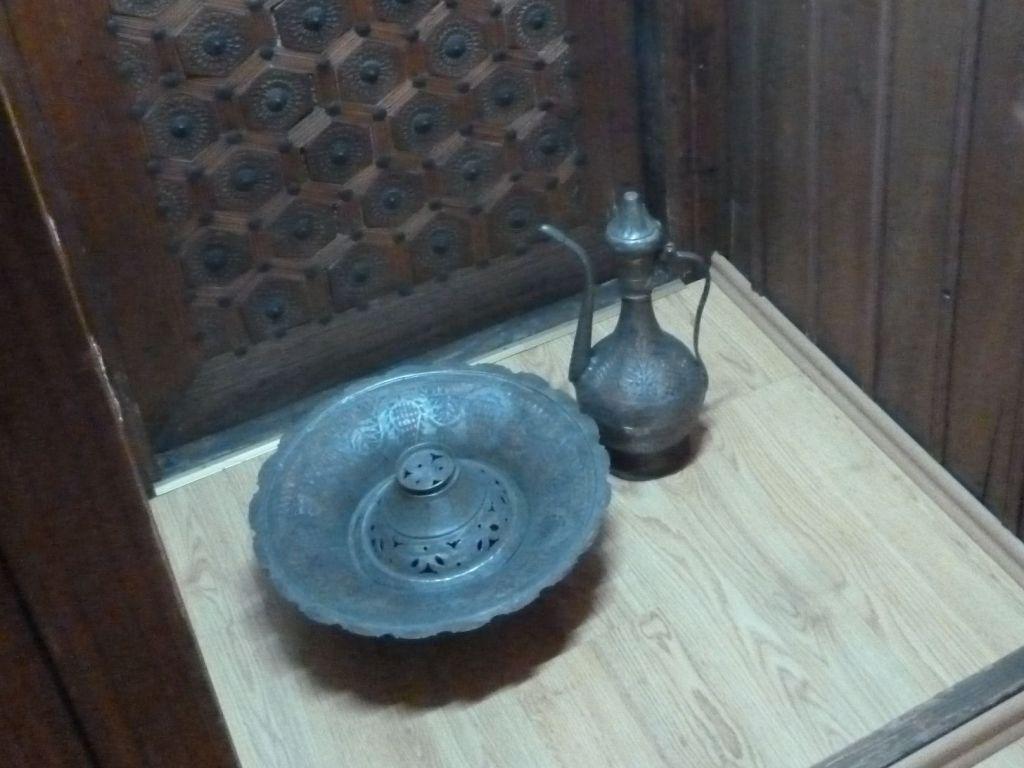 Леген и ибрик в этнографической коллекции Земальского музея. Фото: Елена Арсениевич, CC BY-SA 3.0