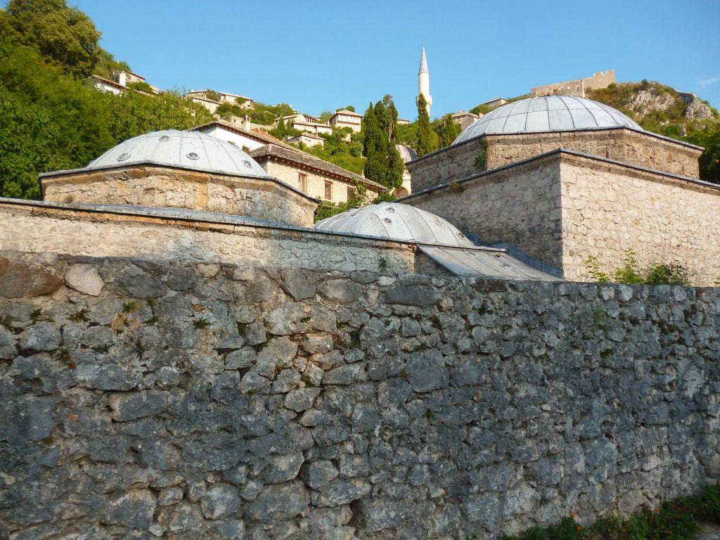 Двор хаммама закрывает высокая стена, защищающая от любопытных глаз. Фото: Елена Арсениевич, CC BY-SA 3.0