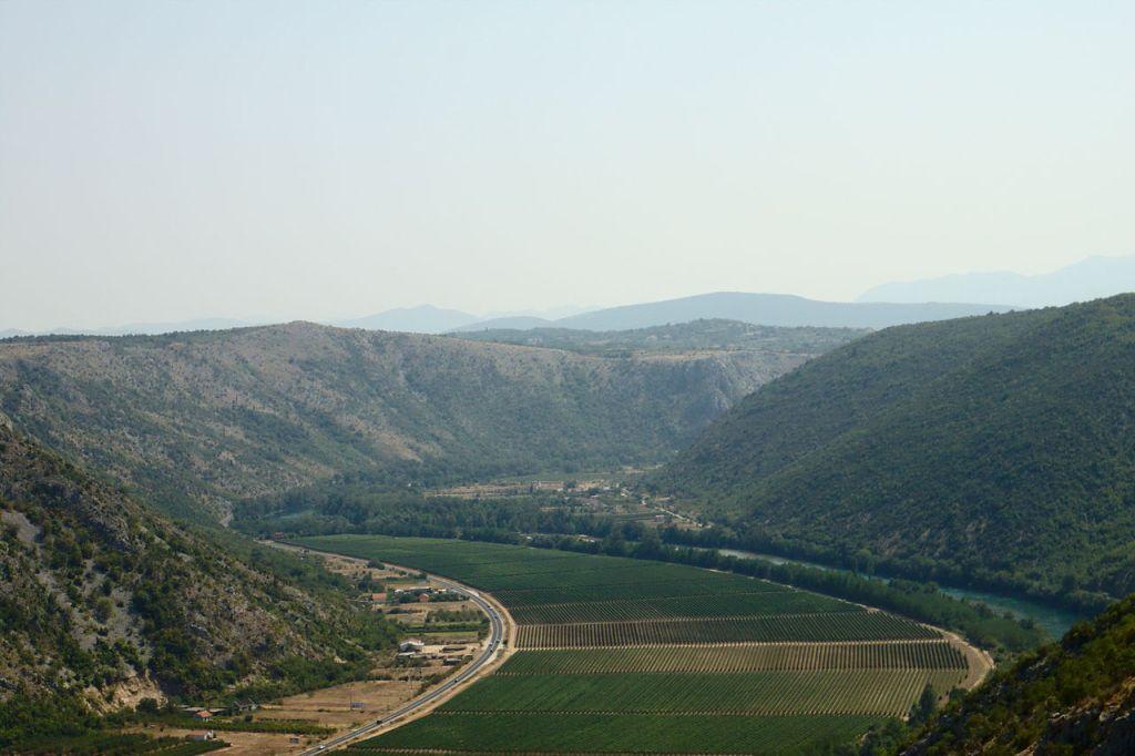 Долина Неретвы у села Житомисличи. Aktron, CC BY 3.0
