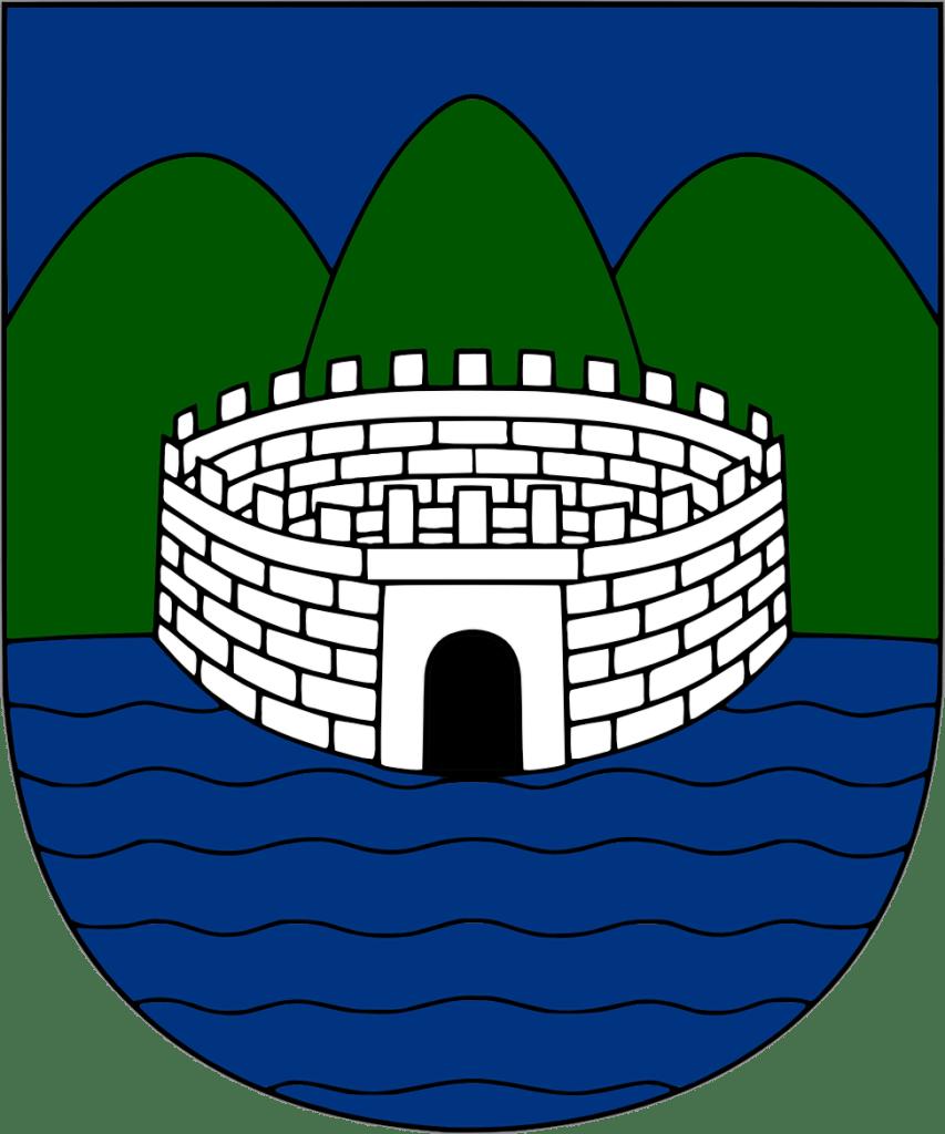 Герб Требине, который использовался в период Королевства Югославия: река, крепость, горы. WikiNameBaks, CC BY-SA 3.0
