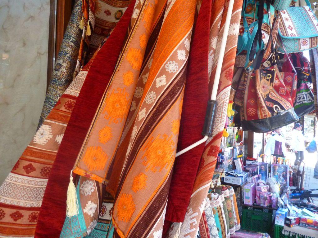 Текстильная продукция на улице Абаджилук. Фото: Елена Арсениевич, CC BY-SA 3.0