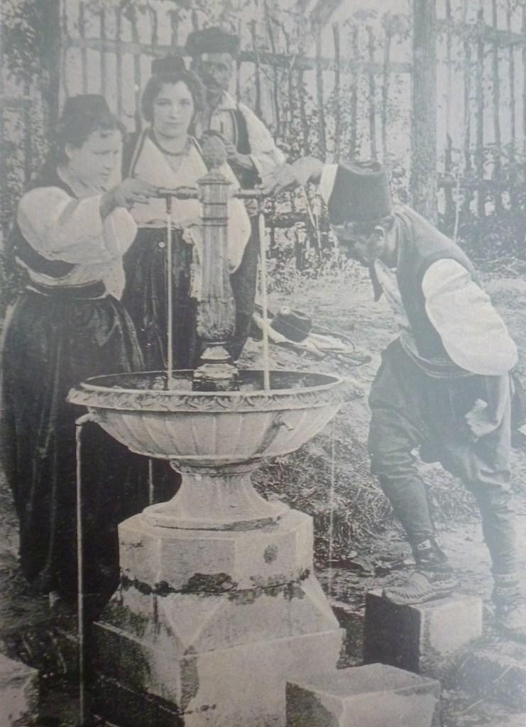 Так тоже знакомились, но фото постановочное: девицы в те времена покрывали волосы. Автор фото неизвестен, public domain