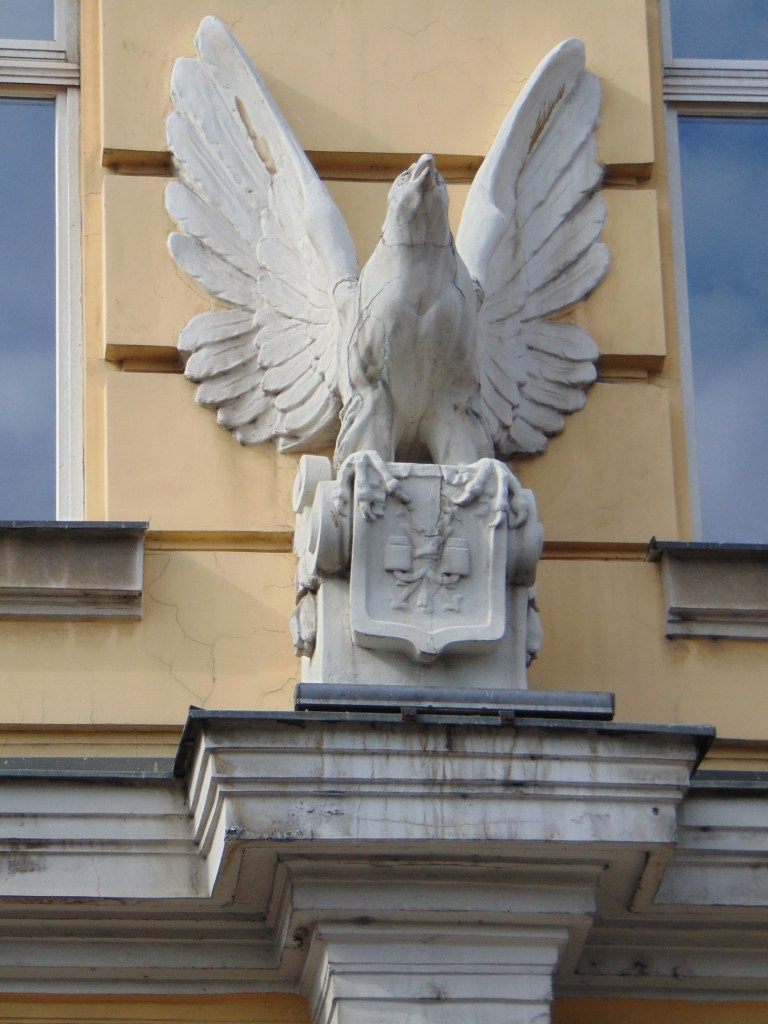 Птичка над входом. Фото: Елена Арсениевич, CC BY-SA 3.0