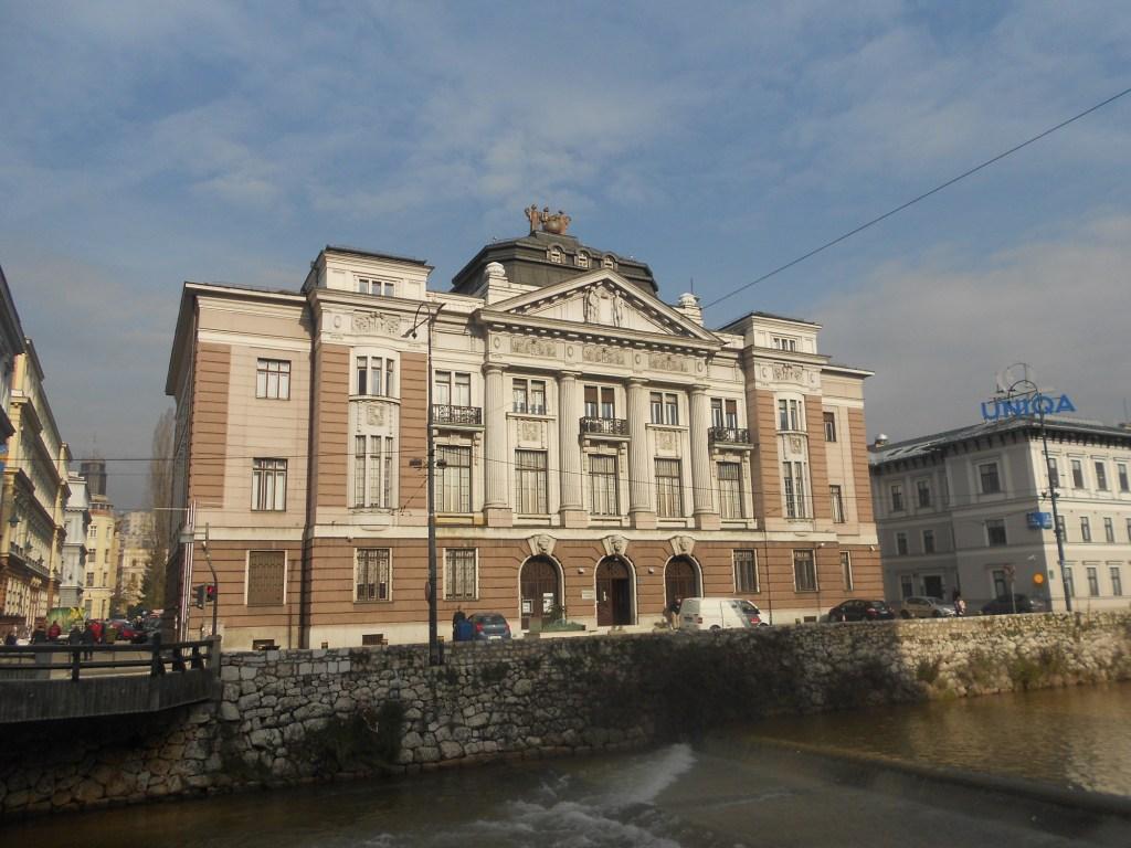 Банк на набережной Кулина бана. Фото: Елена Арсениевич, CC BY-SA 3.0