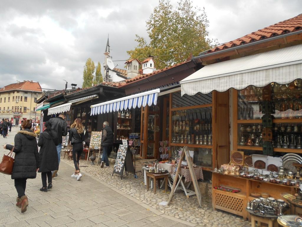 Лавки на площади. Фото: Елена Арсениевич, CC BY-SA 3.0