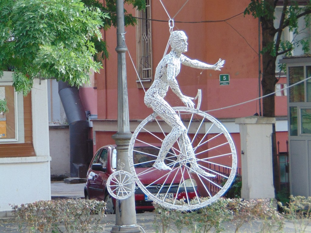 Велосипедист на проволоке. Из проволоки. Фото: Елена Арсениевич, CC BY-SA 3.0