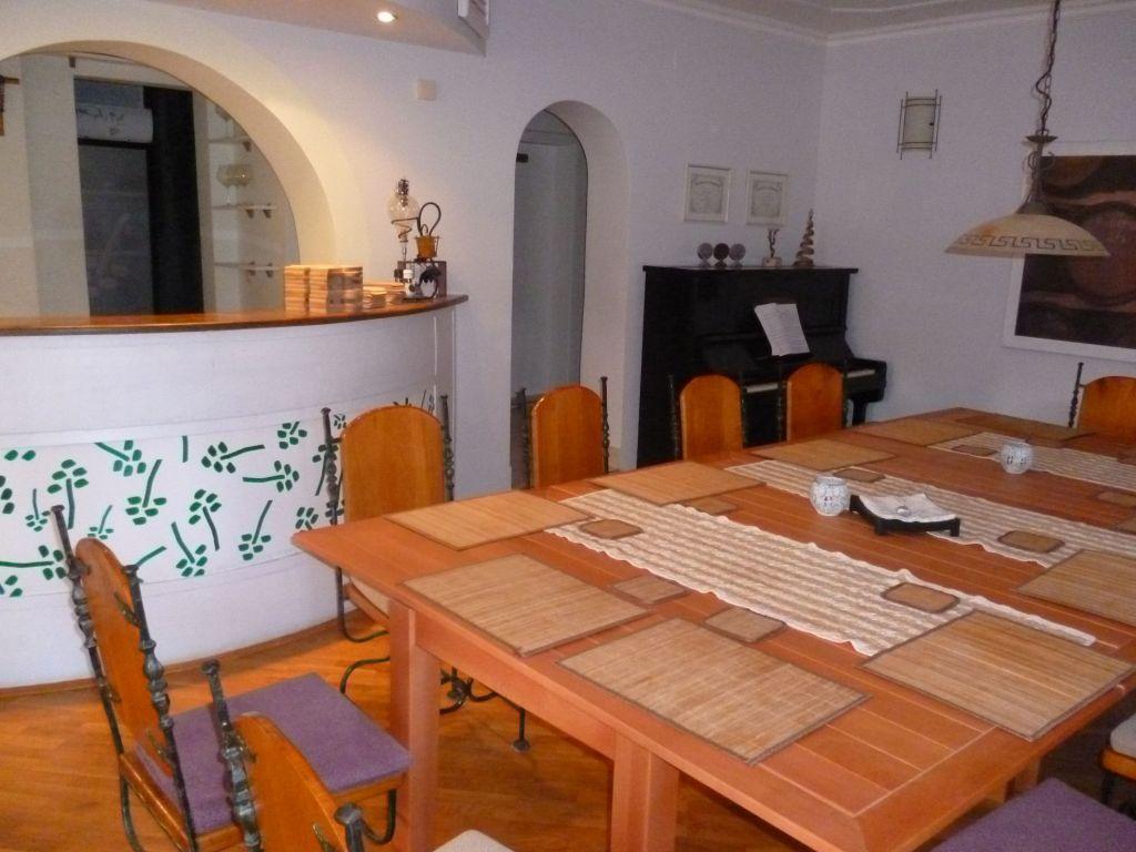 Стол для дегустаций. Фото: Елена Арсениевич, CC BY-SA 3.0