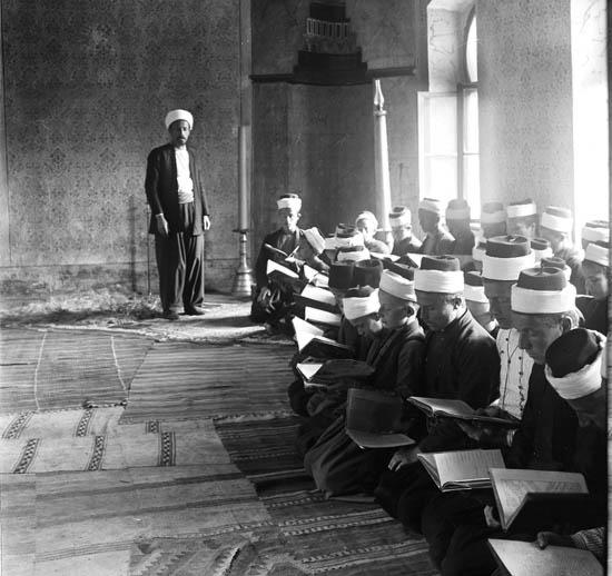 Боснийские мусульмане в мечети. Rudolf Bruner-Dvořák, Public Domain