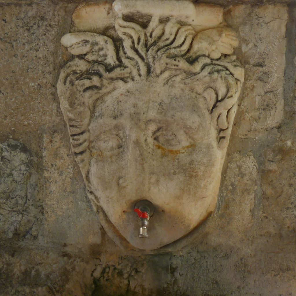 Античная маска. Фото: Елена Арсениевич, CC BY-SA 3.0
