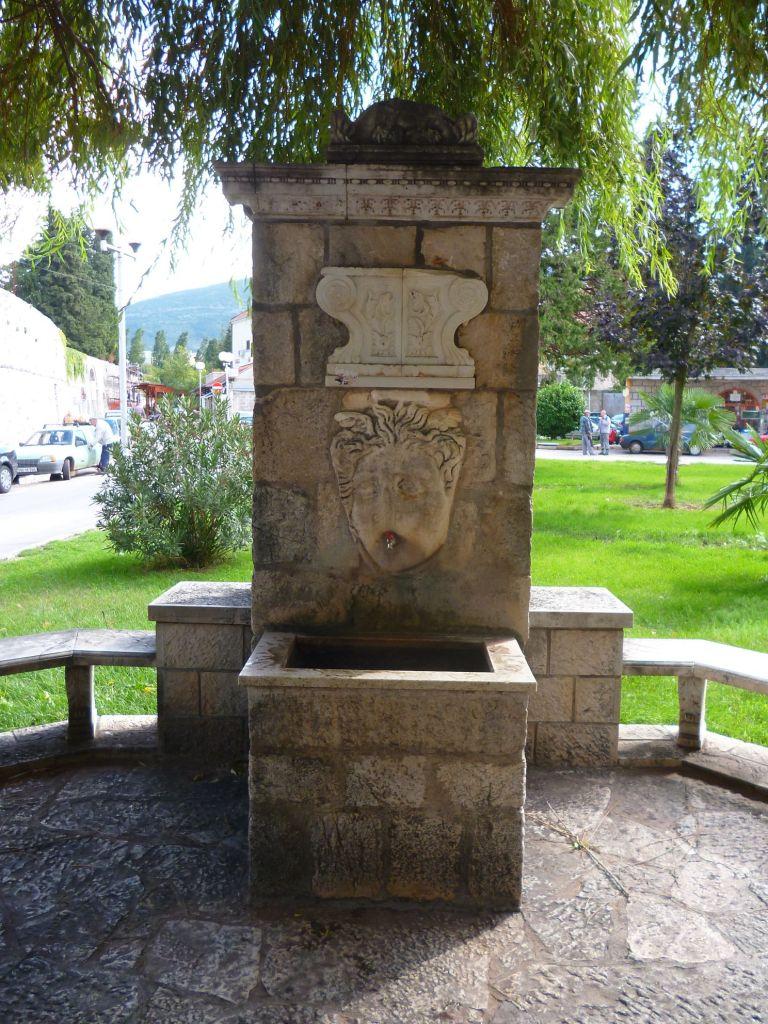 Чесма-фонтанчик, подаренная городу Йованом Дучичем. Фото: Елена Арсениевич, CC BY-SA 3.0