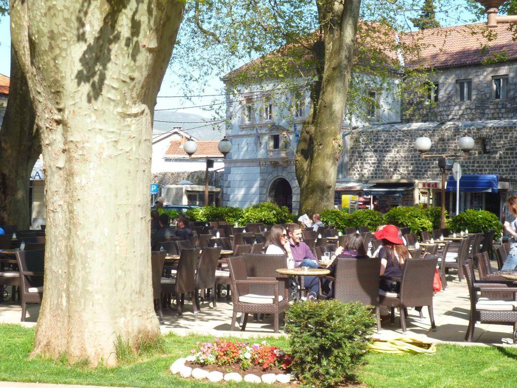 Требиньцы и требиньки пьют кофе под вековыми платанами. Фото: Елена Арсениевич, CC BY-SA 3.0