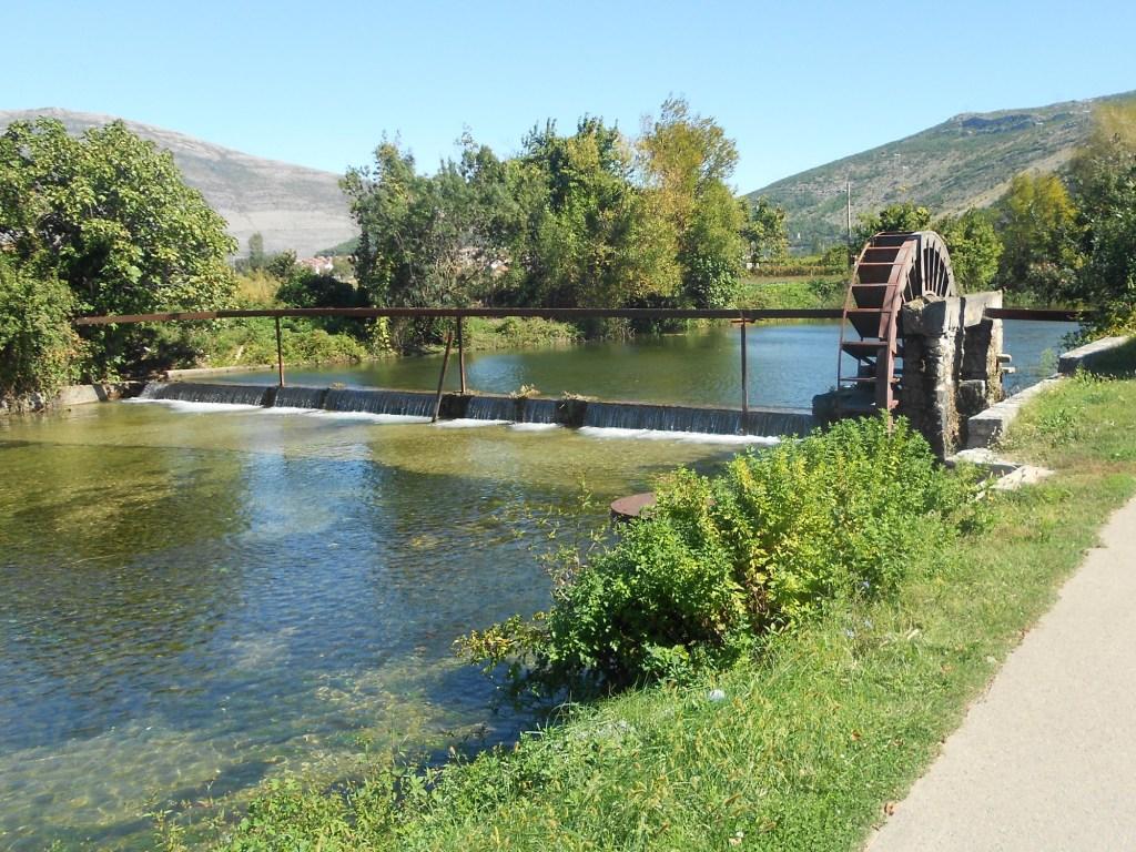 Невысокая плотина называется яз. Фото: Елена Арсениевич, CC BY-SA 3.0