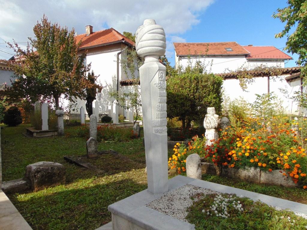 Небольшое кладбище во дворе мечети. Фото: Елена Арсениевич, CC BY-SA 3.0