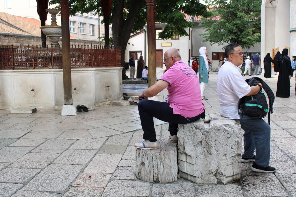 Они сидят на артефакте. Эта капитель служила эталоном портновского аршина. Фото: Елена Арсениевич, CC BY-SA 3.0