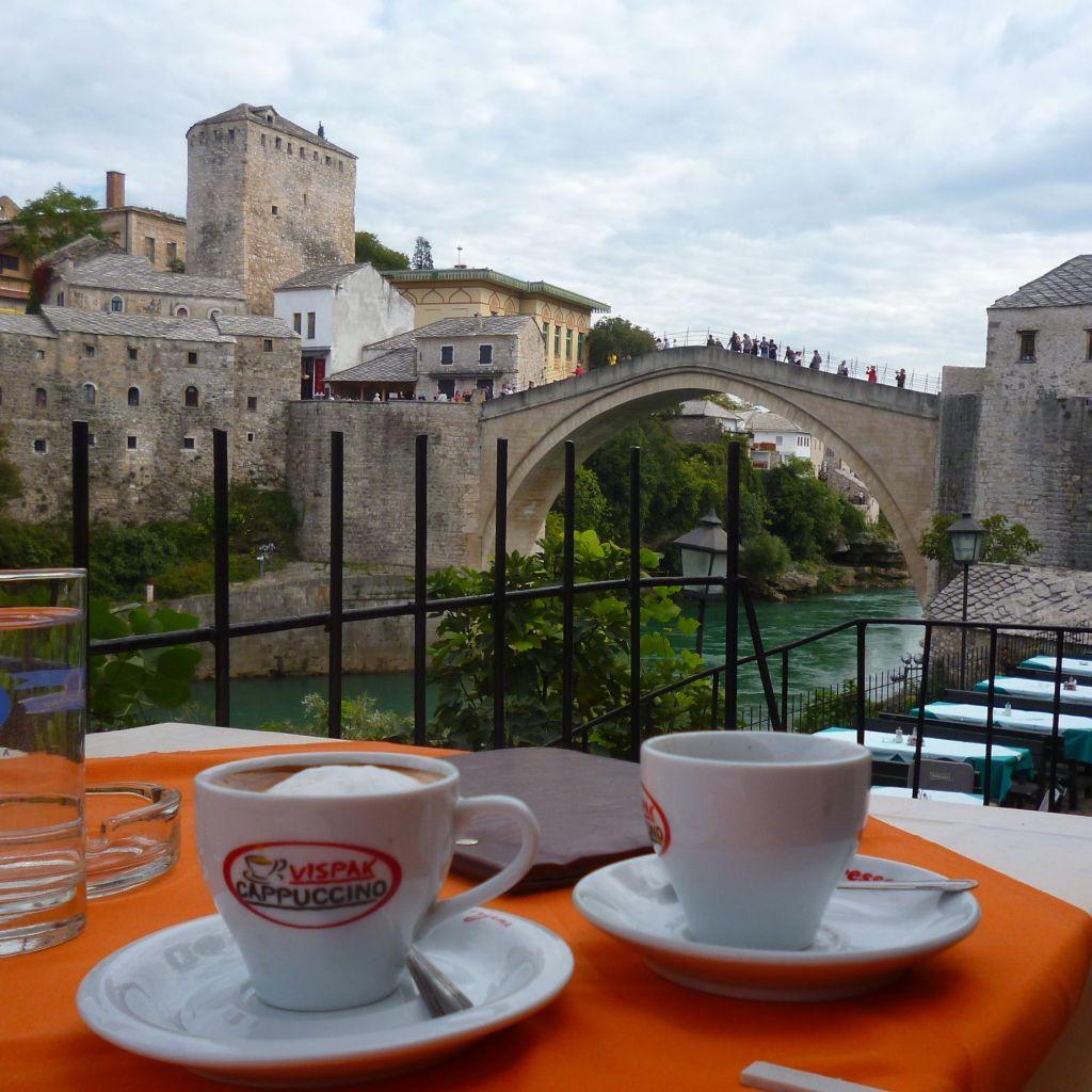 Кофе с видом на Старый мост в Мостаре. Цена вопроса 2,5 КМ. Фото: Елена Арсениевич, CC BY-SA 3.0