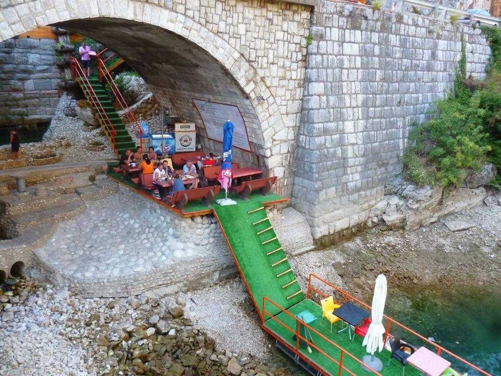 Терраса под мостом и терраса на понтонах. Фото: Елена Арсениевич, CC BY-SA 3.0
