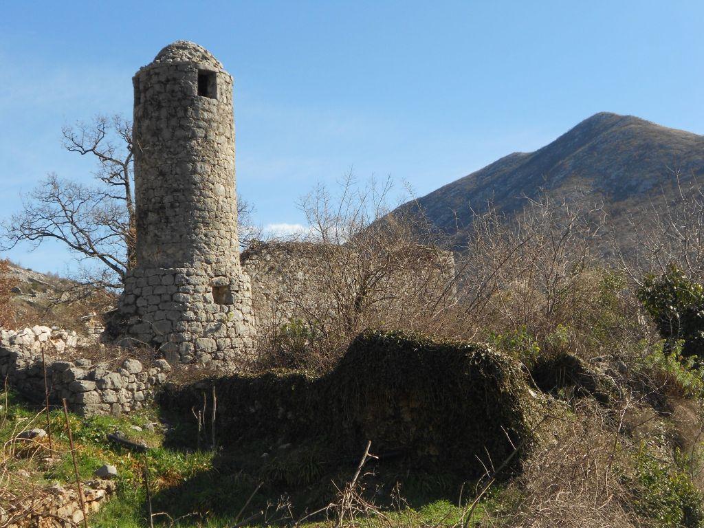 Цилиндрический минарет в селе Котези. Фото: Елена Арсениевич, CC BY-SA 3.0