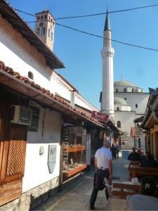 Улица Куюнджилук. Две вертикали – часовая башня и минарет. Фото: Елена Арсениевич, CC BY-SA 3.0