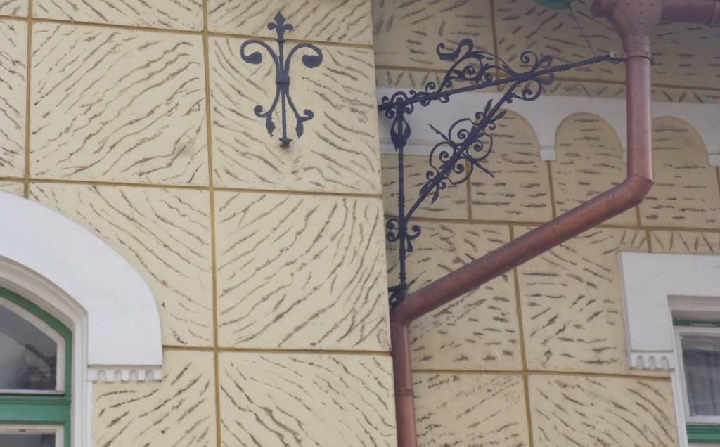 Кронштейн водосточной трубы сохранился в оригинале, а декор анкера нарисованный. Фото: Елена Арсениевич, CC BY-SA 3.0