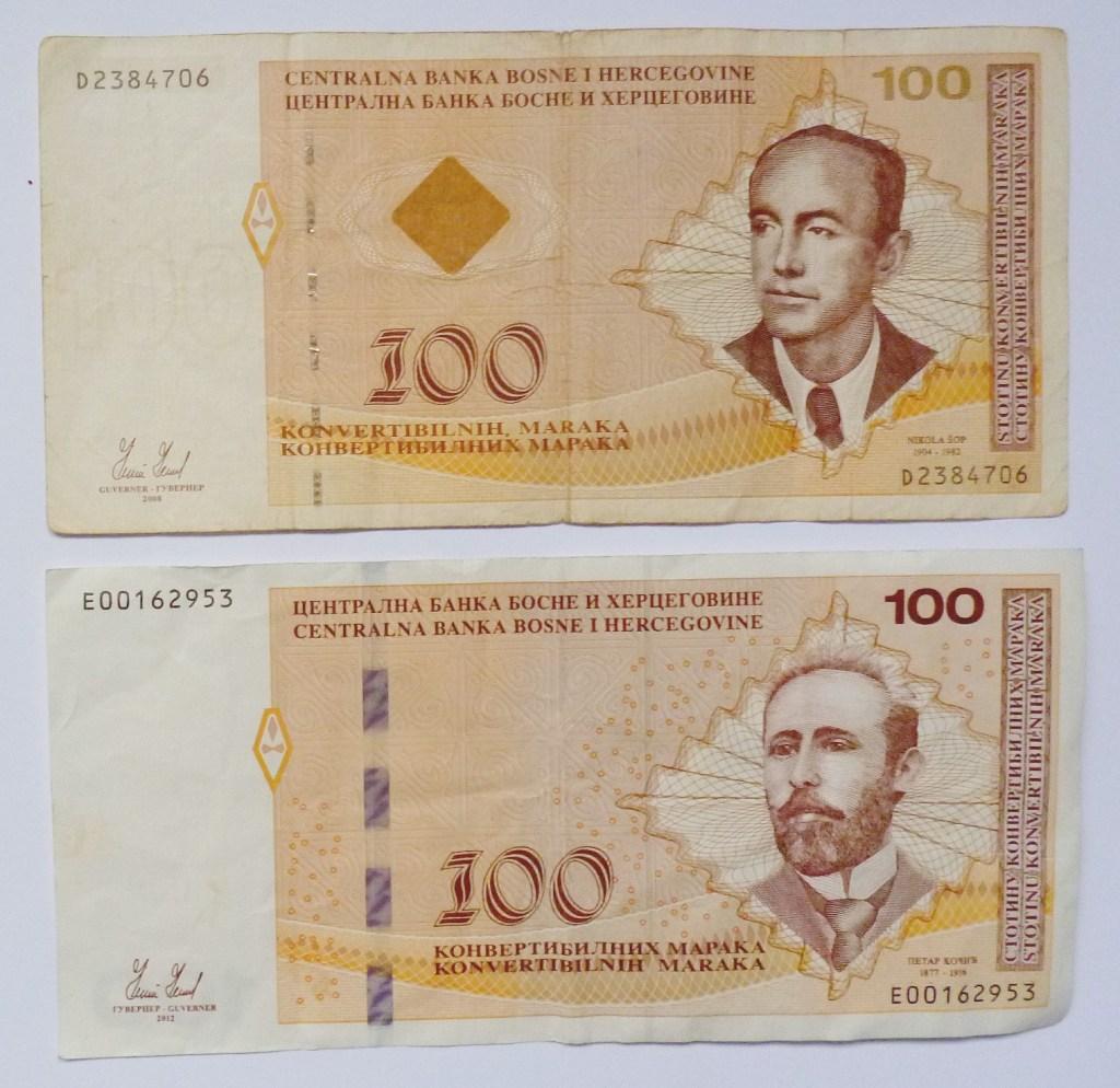 100 КМ, выпущенные в Федерации Боснии и Герцеговины и в Республике Сербской. Фото: Елена Арсениевич, CC BY-SA 3.0