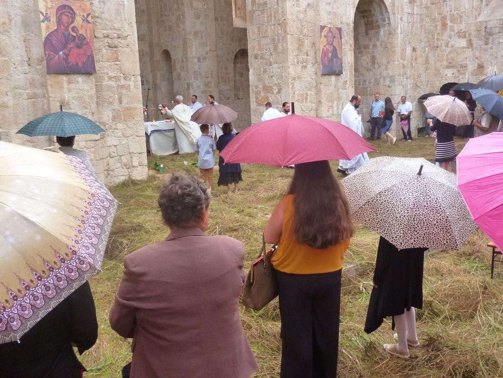 Начало литургии. Дождь. Фото: Елена Арсениевич, CC BY-SA 3.0