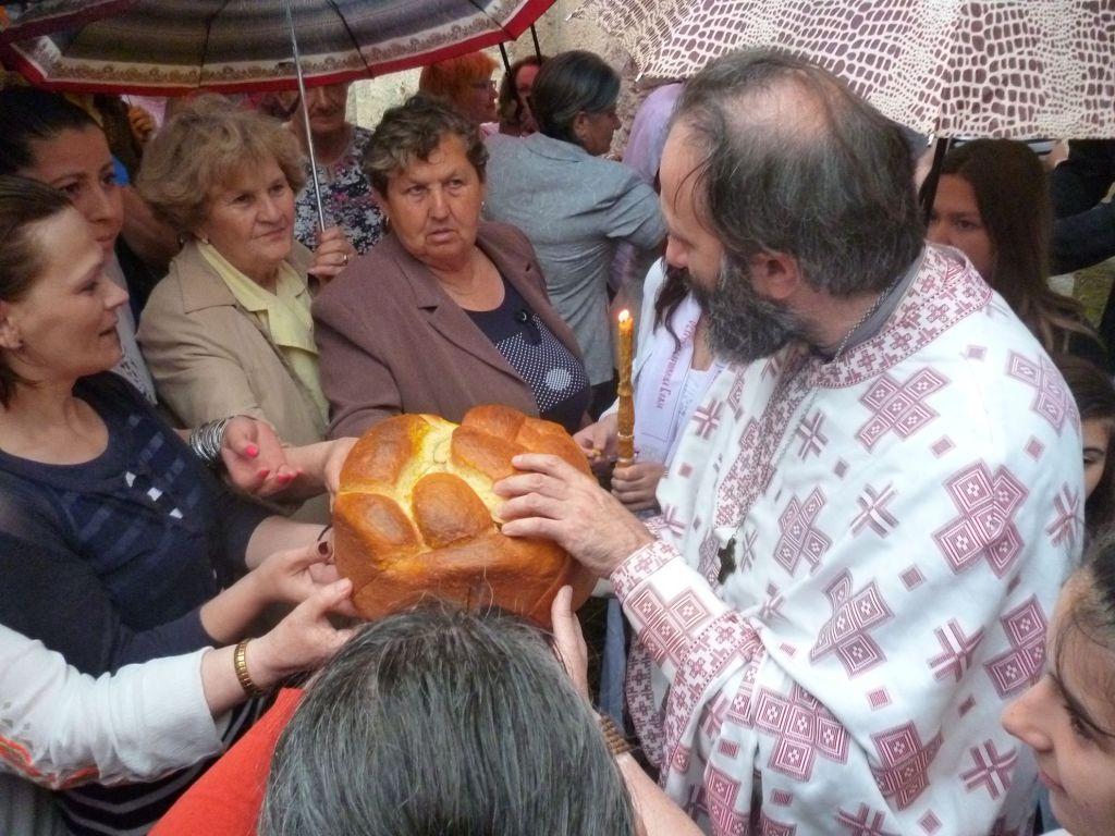 Разламывание славского колача. Фото: Елена Арсениевич, CC BY-SA 3.0