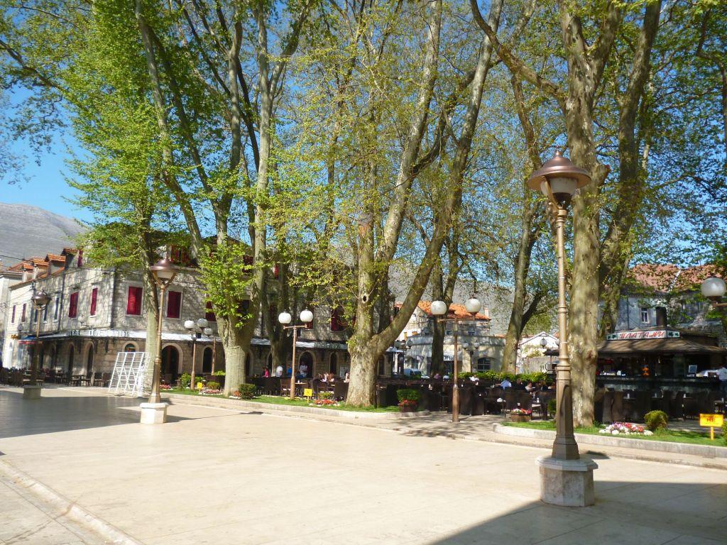 Улица Йована Дучича и площадь под платанами. Фото: Елена Арсениевич, CC BY-SA 3.0