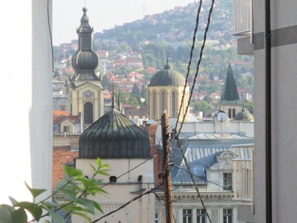 Любимый кадр: синагога, соборная церковь, кафедральный собор, а за спиной у меня мечеть. Фото: Елена Арсениевич, CC BY-SA 3.0