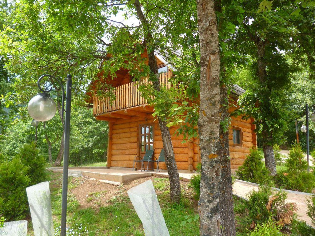 Бревенчатый пятиместный домик. Фото: Елена Арсениевич, CC BY-SA 3.0