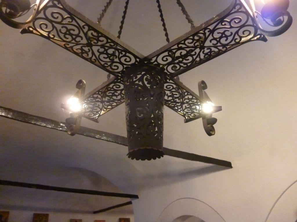 Светильник в церкви. Фото: Елена Арсениевич, CC BY-SA 3.0