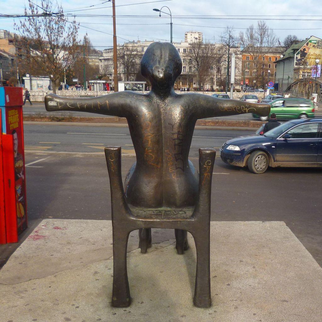 Алия Кучукалич, «Фигура на стуле», в народе «Распятая тётя», вид сзади. Фото: Елена Арсениевич, CC BY-SA 3.0