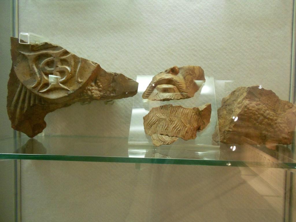 Фрагменты надгробной плиты Степана Томаша в Земальском музее в Сараево. Фото: Елена Арсениевич, CC BY-SA 3.0