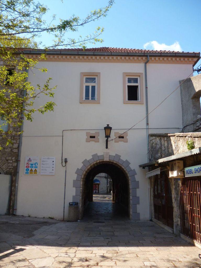 Ворота-туннель, вид из старого города. Фото: Елена Арсениевич, CC BY-SA 3.0