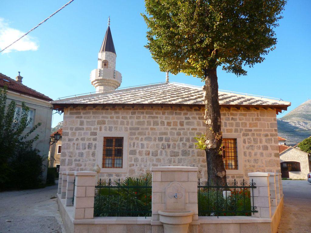 Задний фасад мечети и чесма. Фото: Елена Арсениевич, CC BY-SA 3.0