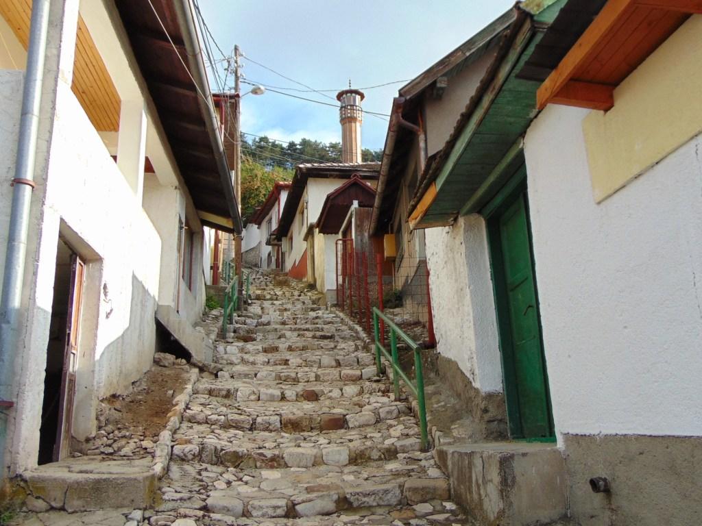 Улица, ведущая к мечети. Фото: Елена Арсениевич, CC BY-SA 3.0