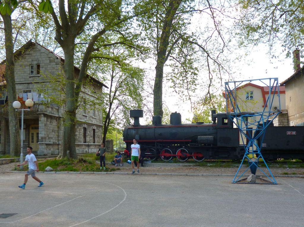 Старая железнодорожная станция и паровоз. Фото: Елена Арсениевич, CC BY-SA 3.0