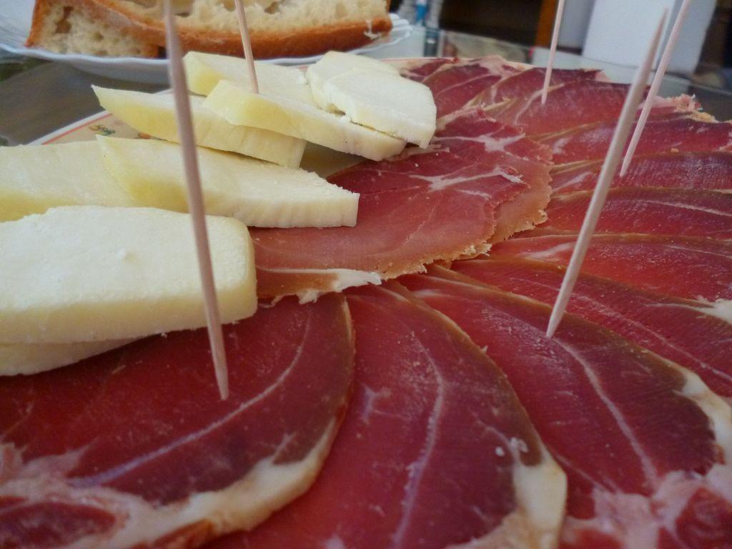 Пршут и сыр. Фото: Елена Арсениевич, CC BY-SA 3.0