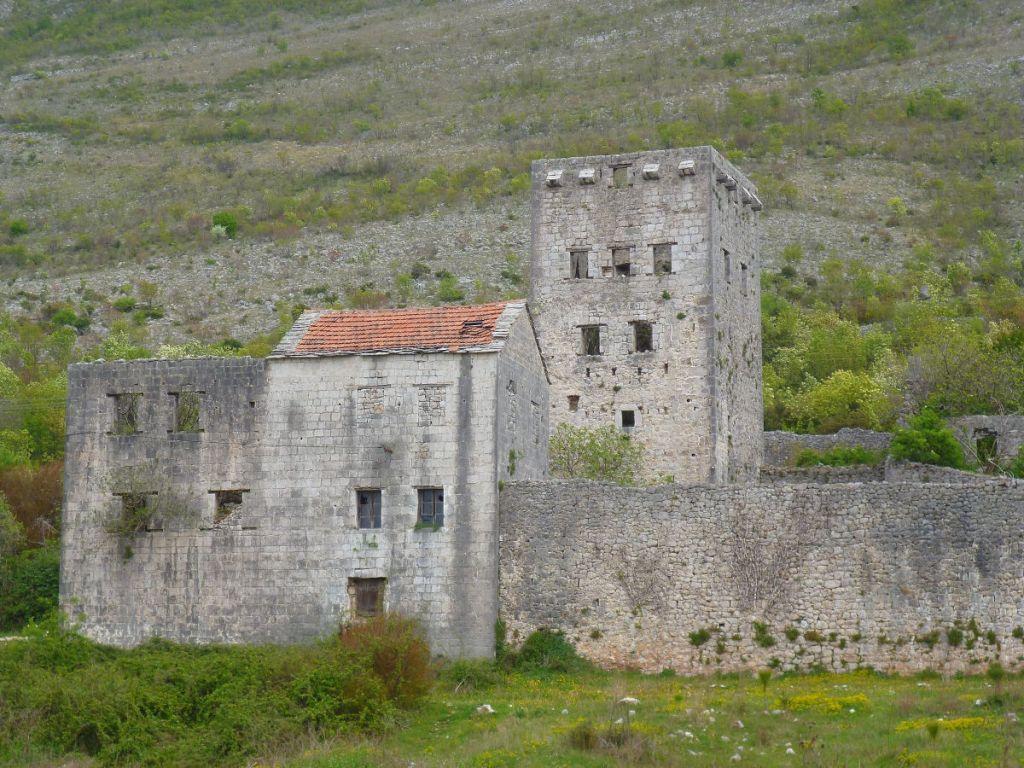 Башня Расулбеговича в Старо Слано близ Требине. Фото: Елена Арсениевич, CC BY-SA 3.0