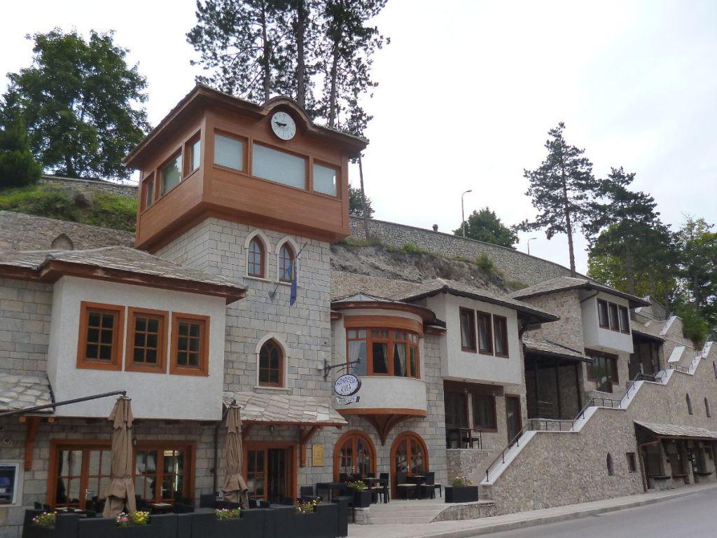 Современная стилизация чатмы. Ресторан в Конице. Фото: Елена Арсениевич, CC BY-SA 3.0