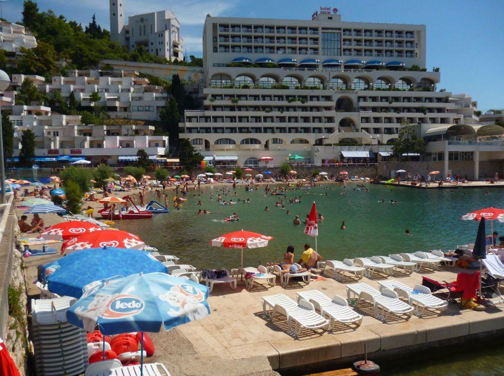 Отель Sunce, пирс, пляж. Фото: Елена Арсениевич, CC BY-SA 3.0