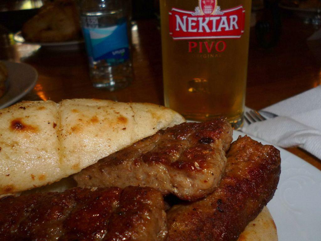 Чевапы по-банялучски с правильным пивом. Фото: Елена Арсениевич, CC BY-SA 3.0