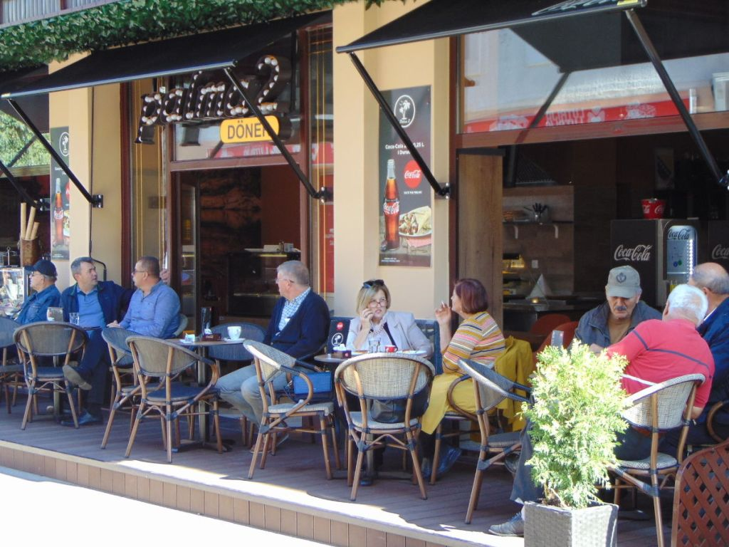 Хотя бы раз в день полчаса провести в кофейне – норма. Фото: Елена Арсениевич, CC BY-SA 3.0