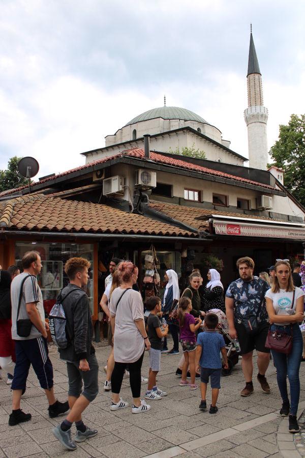 Башчаршия в Сараево. Улицу Сарачи застроил лавками Гази Хусрев-бег. Фото: Елена Арсениевич, CC BY-SA 3.0