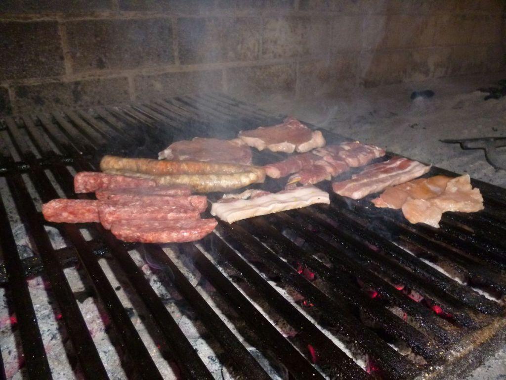 «Мешано месо» в процессе приготовления (ресторан при мотеле Park, Хутово блато). Фото: Елена Арсениевич, CC BY-SA 3.0